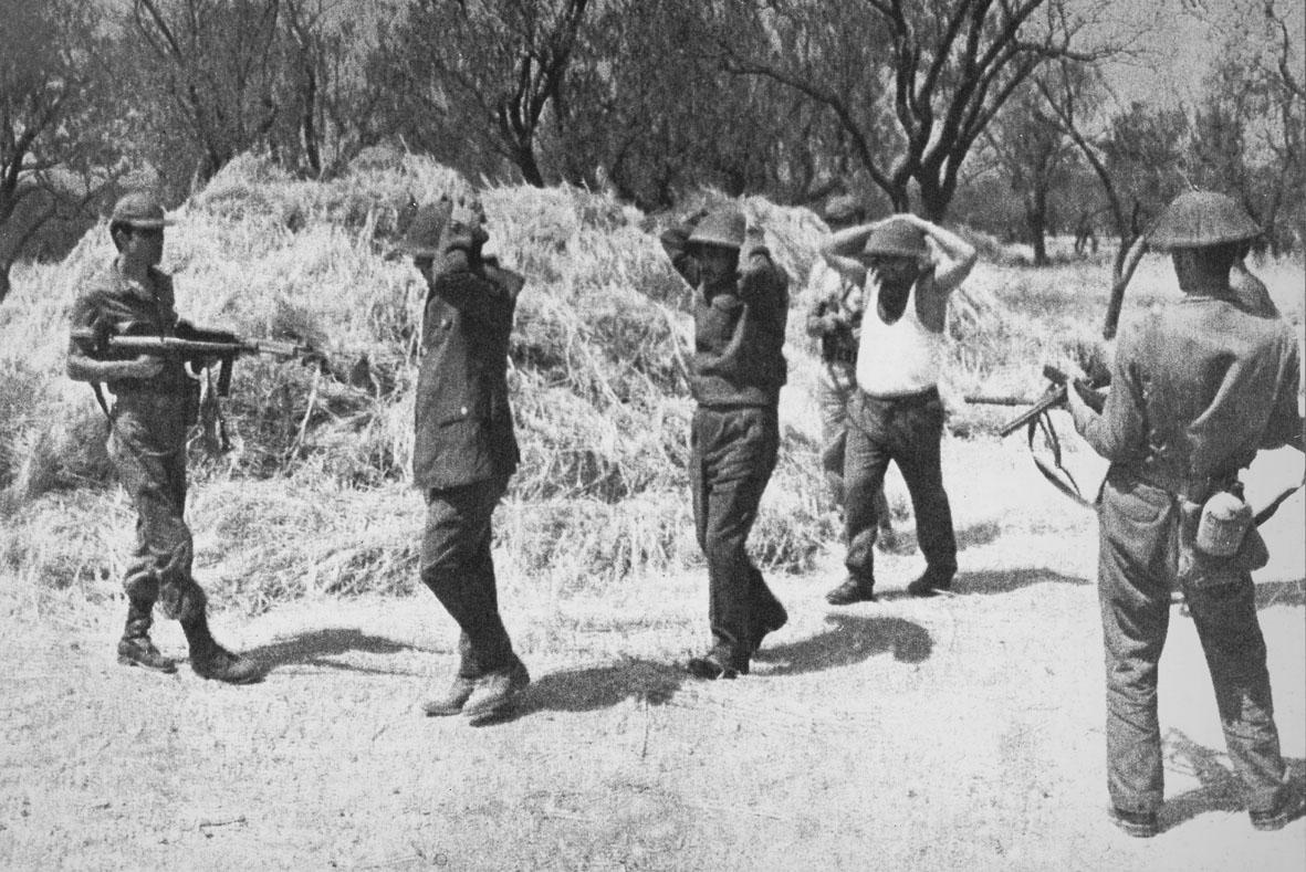 солдаты национальной гвардии под арестом